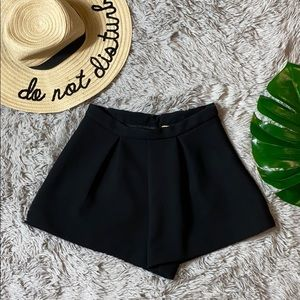 🎄h&m black high waisted dress shorts size 6